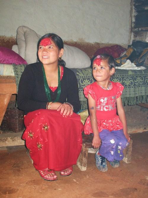 Vår Sherpa Hari's fru och dotter Monica