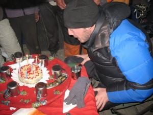 Dan blåser ut ljusen på sin 30-årstårta i baslägrets mässtält, dryga 5000 möh.