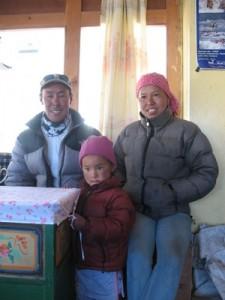 Vi blev hembjudna till vår klättersherpa Mingma.  Här med sin fru och dotter!