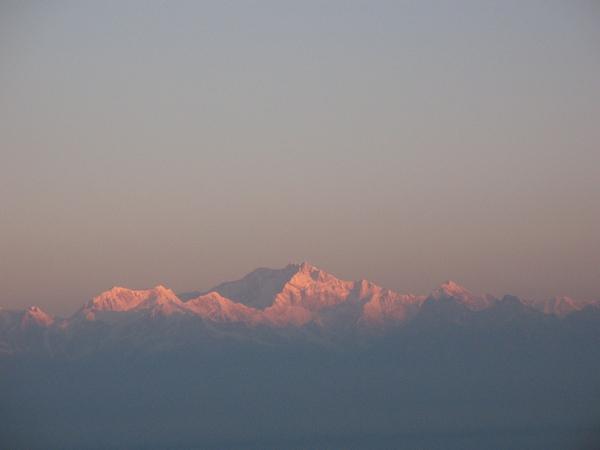 Solens första strålar på världens tredje högsta berg, Kangchenjunga