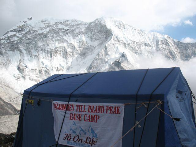 Mäss/köks-tältet fick surras ordentligt för att inte blåsa bort i High Camp