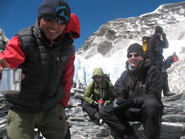 Vår sherpa Om mötte upp vid Crampoon point med varm saft med tilltugg