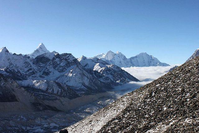 DImman ligger tät i Lukla och resten av Himalaya men på Kala Pathar strålar solen!