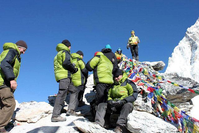 Och på toppen står tio glada Svenskar med tillhörande sherpor och guid!