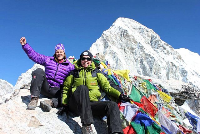 Ewa & Anita lyckliga på toppen av Kala Pathar!