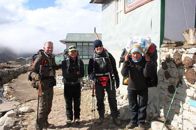 Åke & Mats i trygga händer med allas vår Nima och vår Sherpa Bopal.  Namaste!  Välkomna åter!