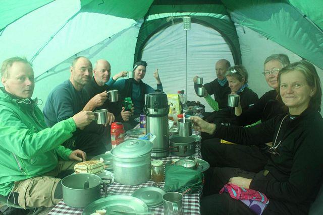 Middag i mässtältet, Island Peak Base Camp!