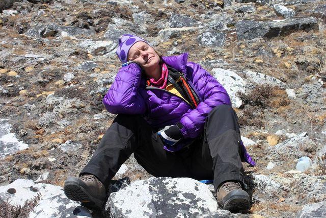 Ewa njuter av solen i Himalaya