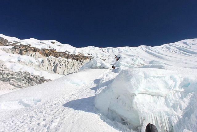 På väg ut på Island Peak's glaciär!