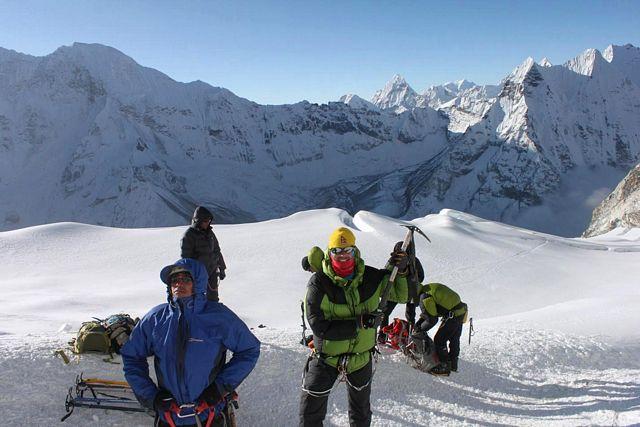 Gruppen gör sig redo för huvudväggen på Island Peak