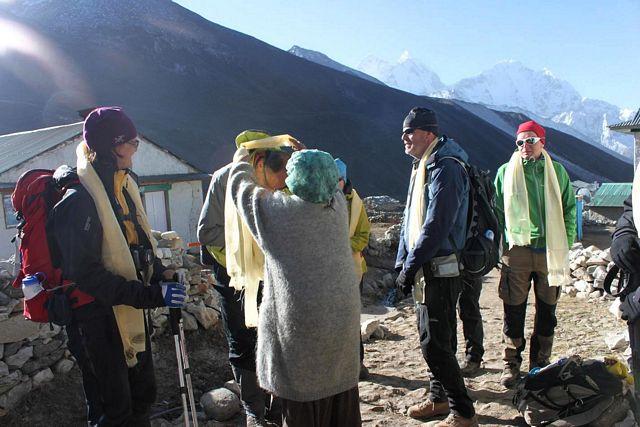 Gruppen får kator av Ama i Dingboche!