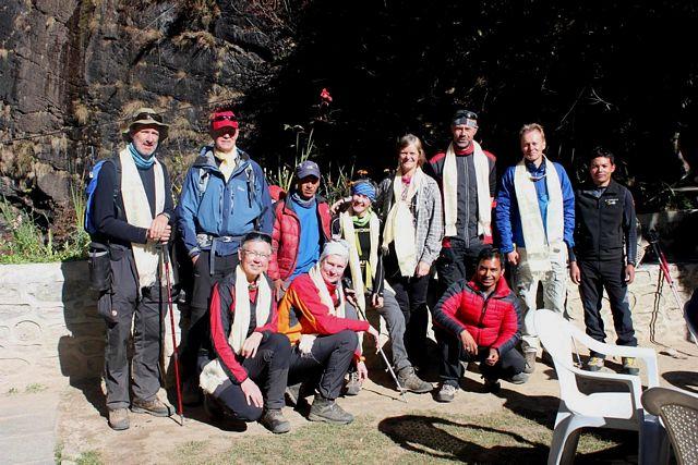Hela gruppen samlad!  Avsked för Saran som vänder upåt för att bestiga Island Peak ännu en gång!