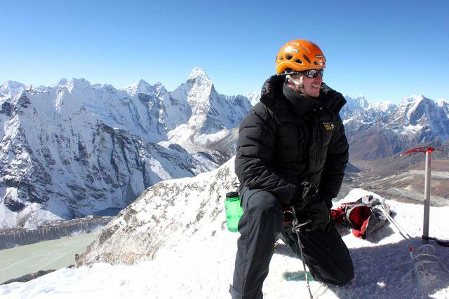 Thomas njuter av vyerna från toppen av Island Peak