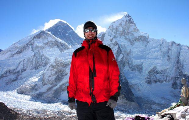 Thomas på 5 545 möh, framför Mount Everest (vänster) och Nuptse (höger)