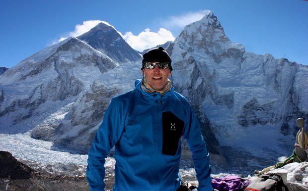Anders & Mount Everest. Strax till vänster om anders arm syns även Everest BC, vilket Anderse besökte dagen innan detta fotot togs - Well done Anders!