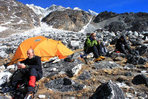 Varm saft och tystnad i High Camp