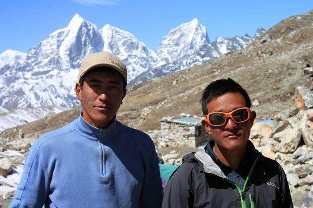 Våra klättersherpor Mingma Tsering och Hemanta, som gjorde allt som stod i deras makt för att hitta en rout genom glaciären.