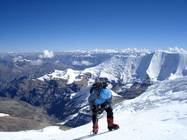 Joakim pausar på vägen upp mot toppen