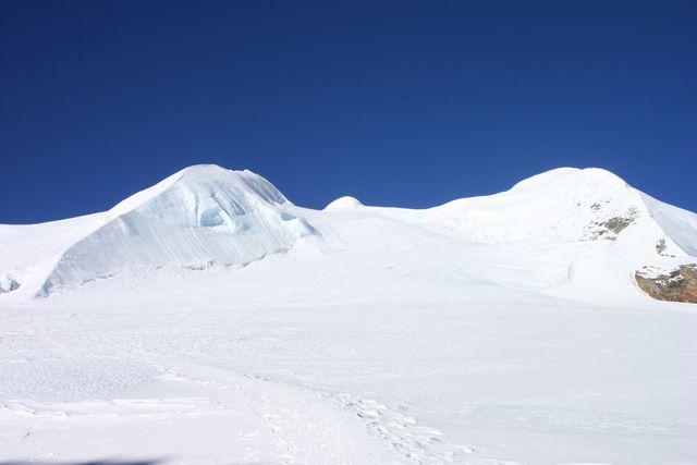 Den lilla lilla bulan i mitten är toppen av Mera Peak